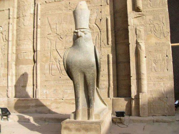 Edfu, Hórus em forma de Flacão
